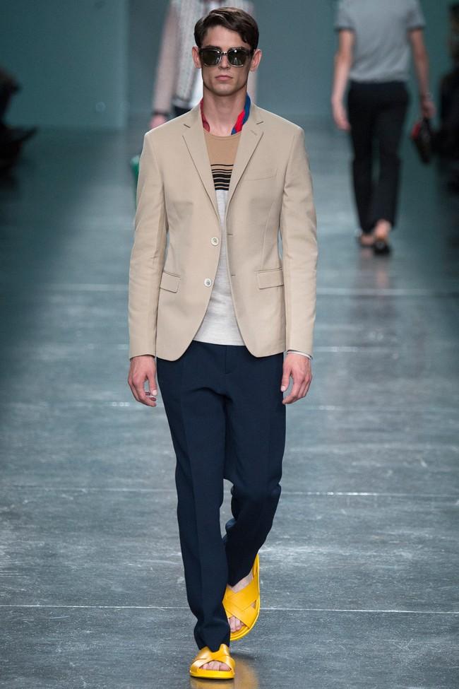 черные брюки и бежевый пиджак
