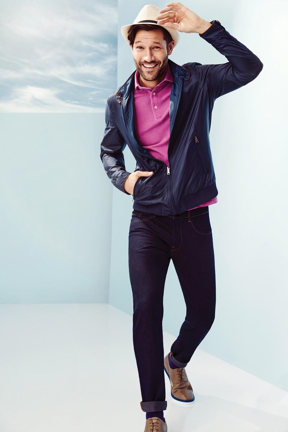 розовая футболка и синяя куртка