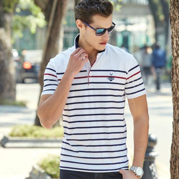 белая полосатая футболка
