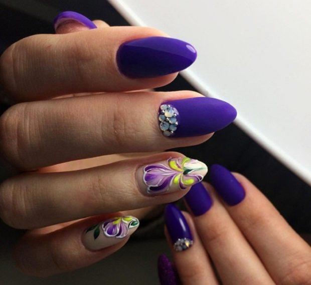 весенний маникюр 2022: фиолетовый с камушками и цветочками