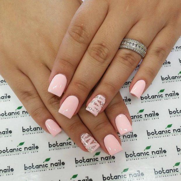нежно-розовый маникюр на одном пальце декор