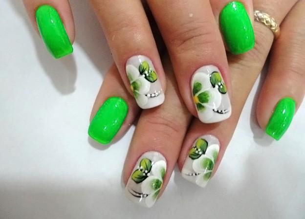 весенний маникюр 2021: салатовые ногти с рисунком цветы