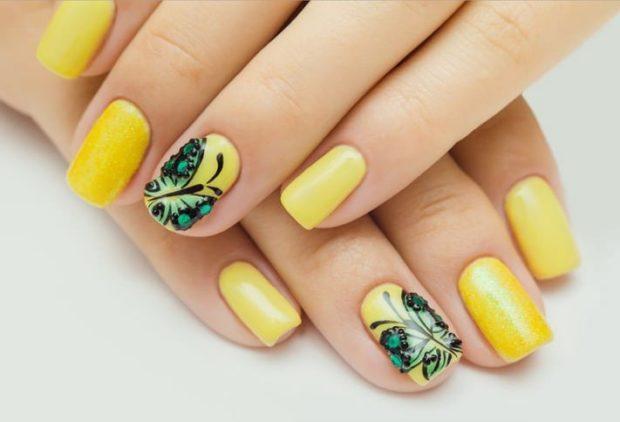 весенний маникюр 2021: желтые ногти с рисунком бабочка