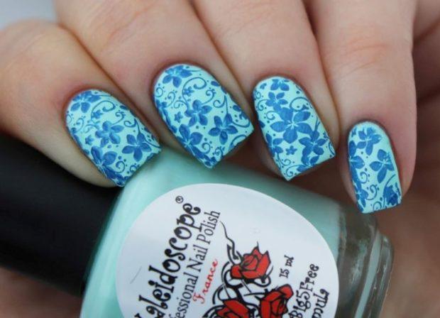 маникюр стемпинг голубой в цветы