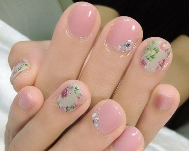 маникюр на короткие ногти нюдовый с цветочками