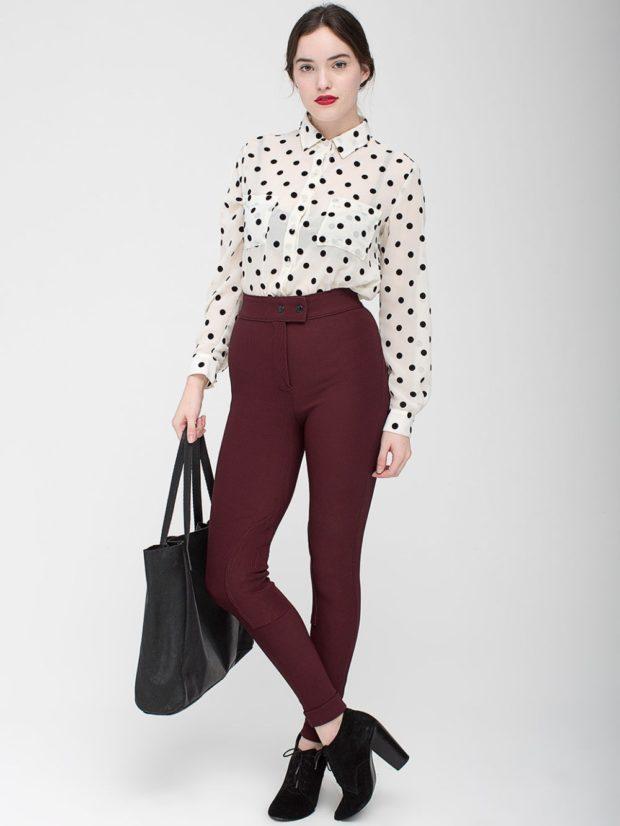 брюки цвета марсала и светлая блуза с мелким принтом