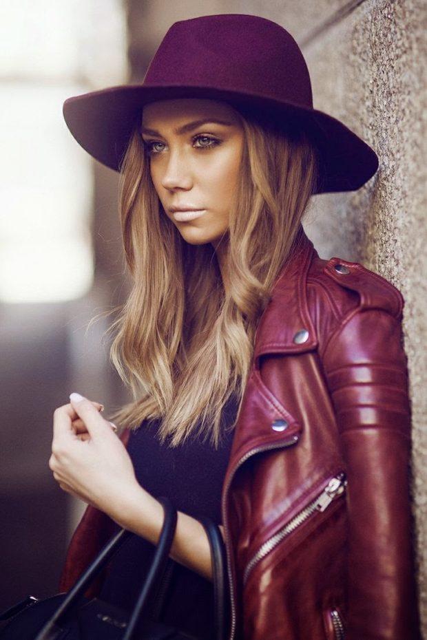 кожаная куртка и шляпа цвета марсала