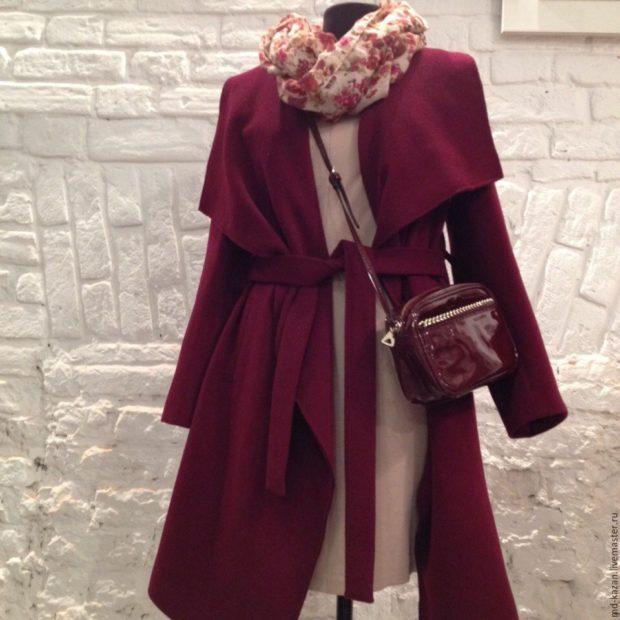 пальто и сумка цвета марсала