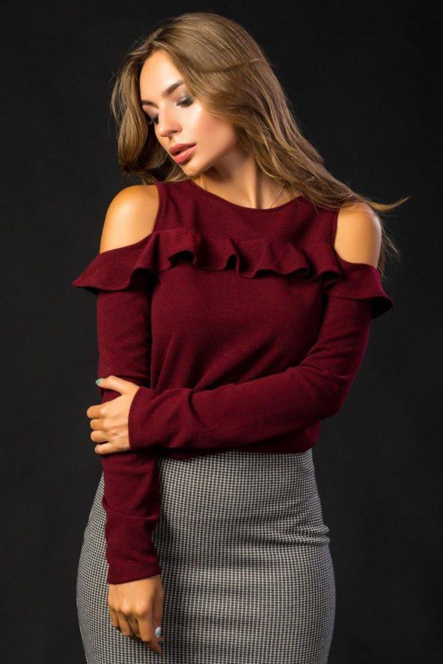 кофта с рюшами цвета марсала и серая юбка