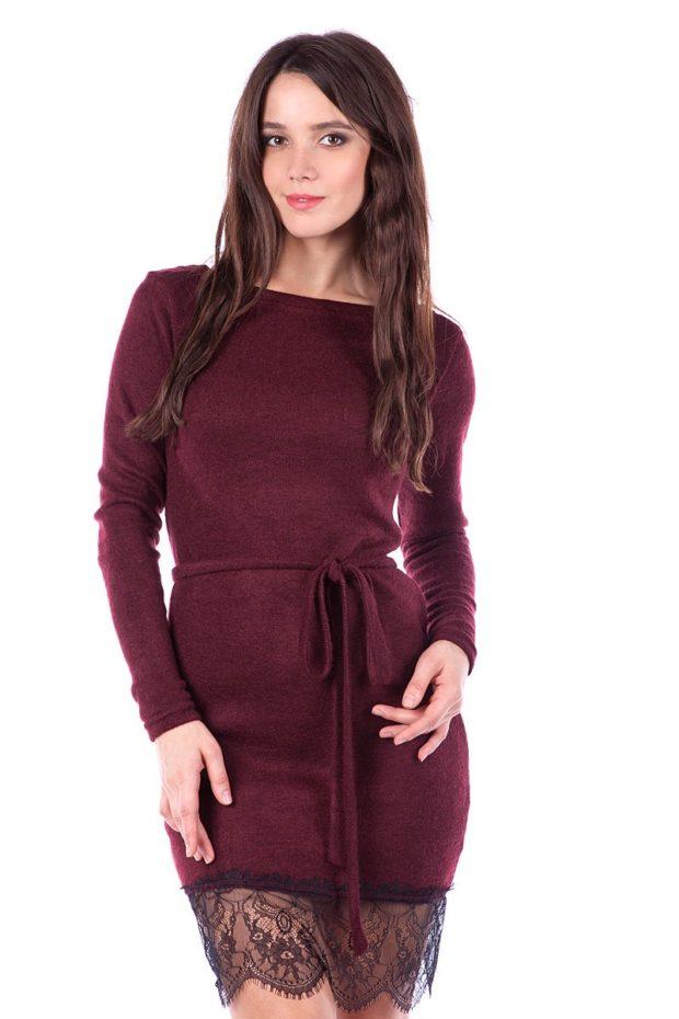 короткое платье цвета марсала с поясом и кружевом