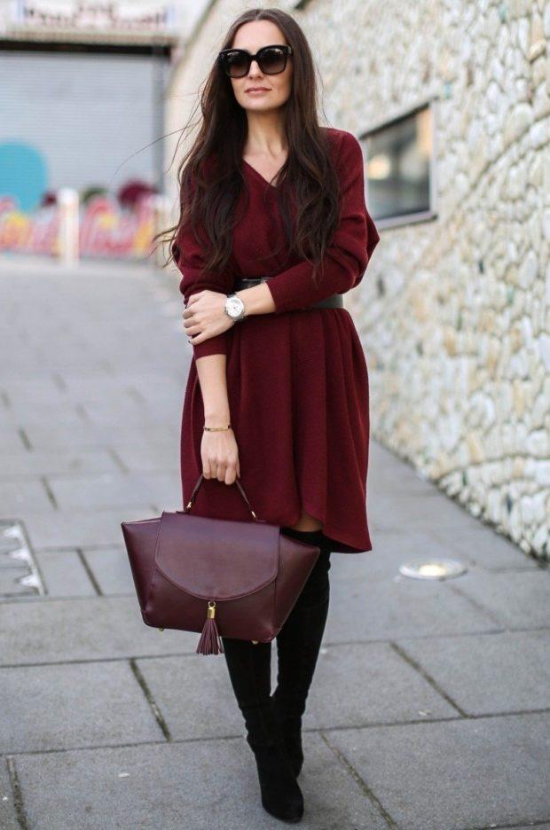 платье миди и сумка цвета марсала