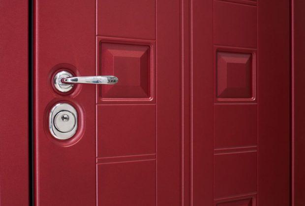 входная дверь цвета марсала