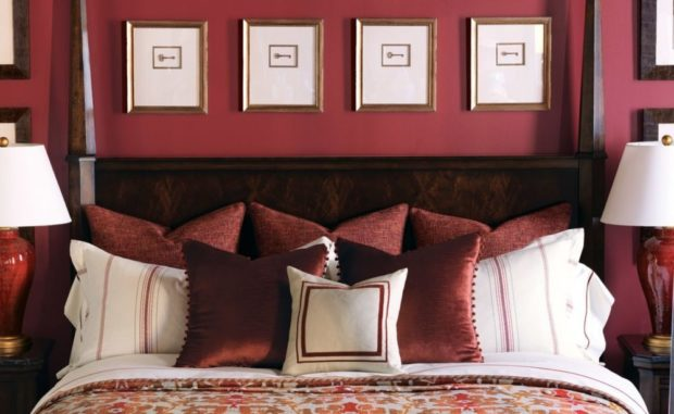 обои и постельные принадлежности цвета марсала