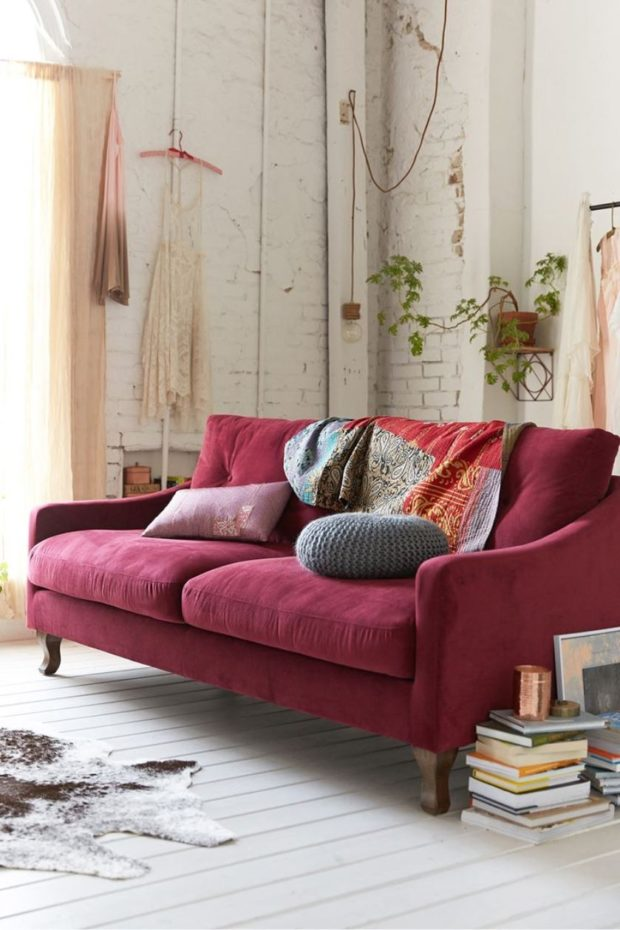 диван цвета марсала в интерьере