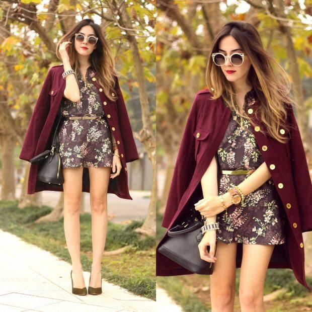 пальто цвета марсала с блестящими пуговицами