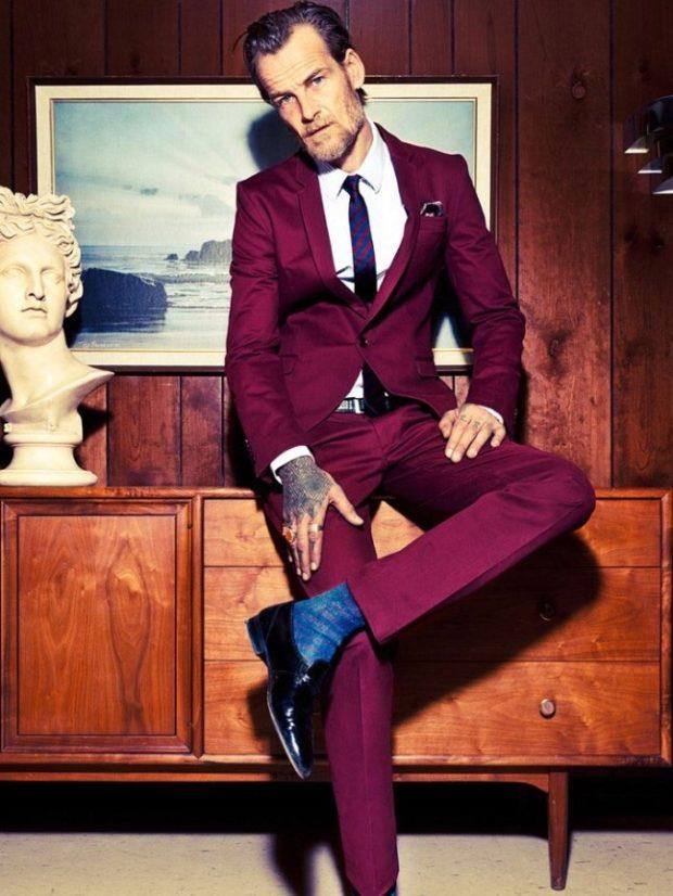 строгий мужской костюм цвета марсала