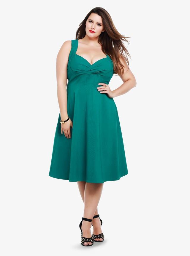 зеленое платье-сарафан по колено