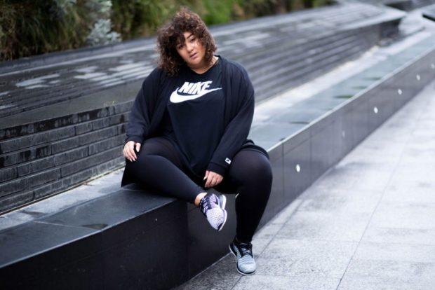 черные лосины под футболку чурню с надписью мастерку в тон