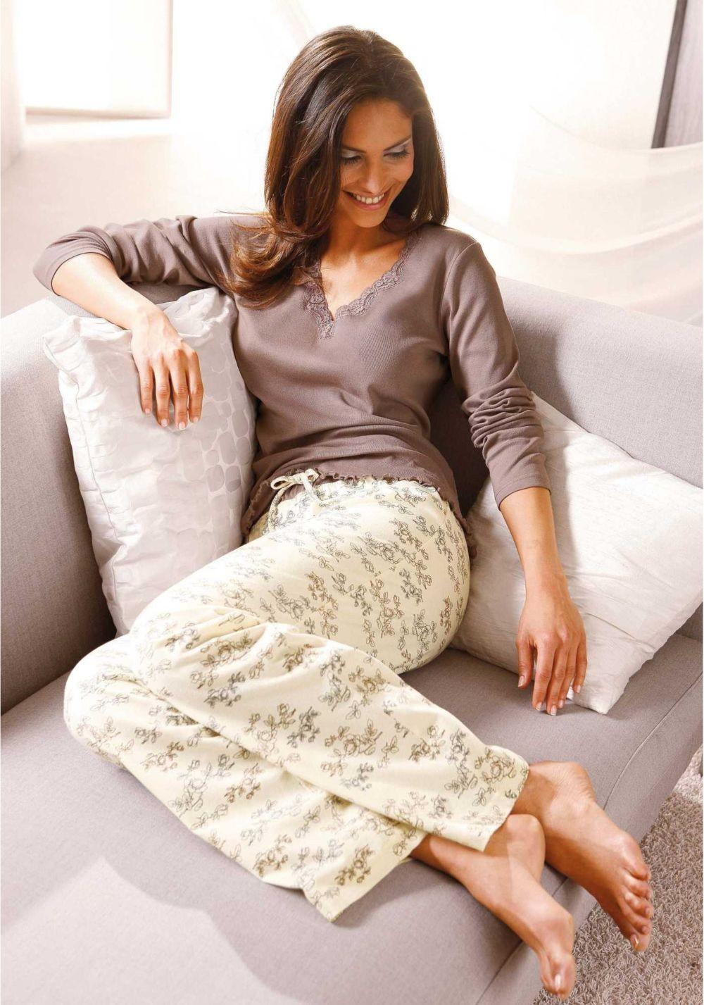 белые штаны в узор под коричневую кофту
