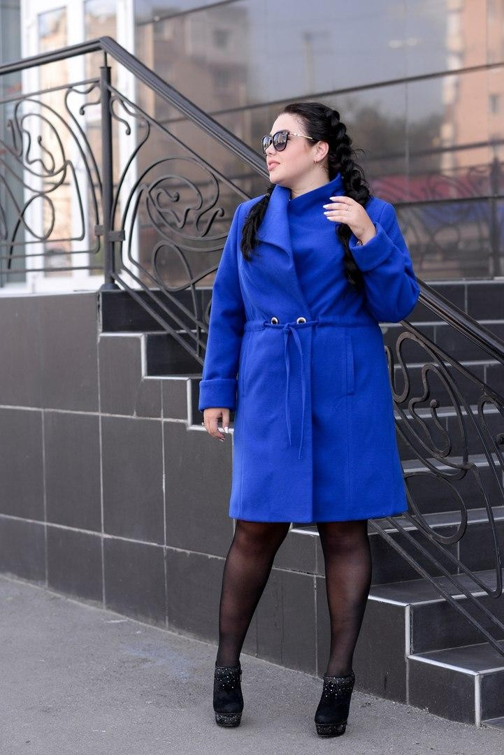 пальто синего цвета с поясом