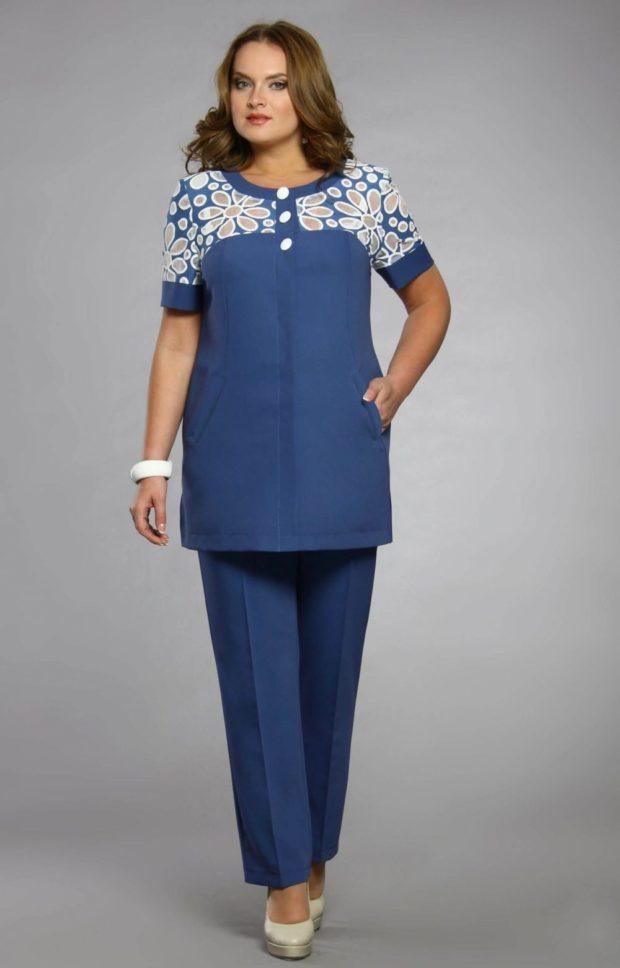 синие брюки под удлиненный жакет с коротким рукавом