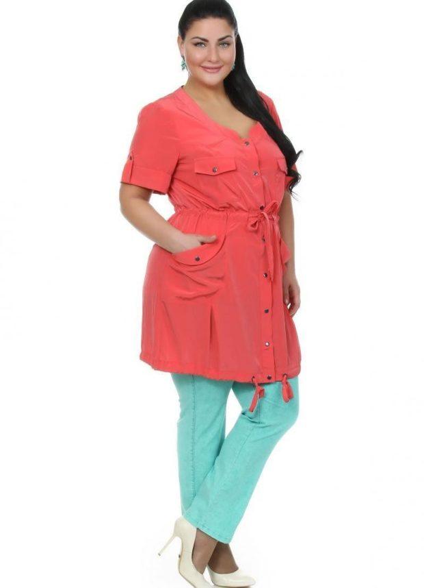 красная туника с коротким рукавом под бирюзовые брюки