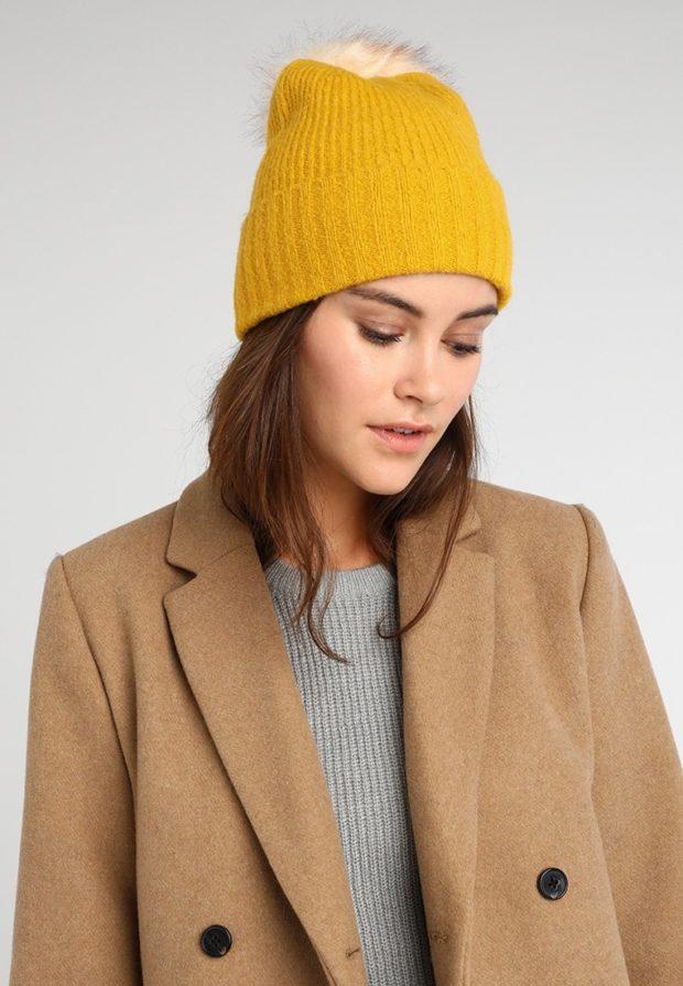 вязаные шапки 2019-2020: желтая меховой помпон