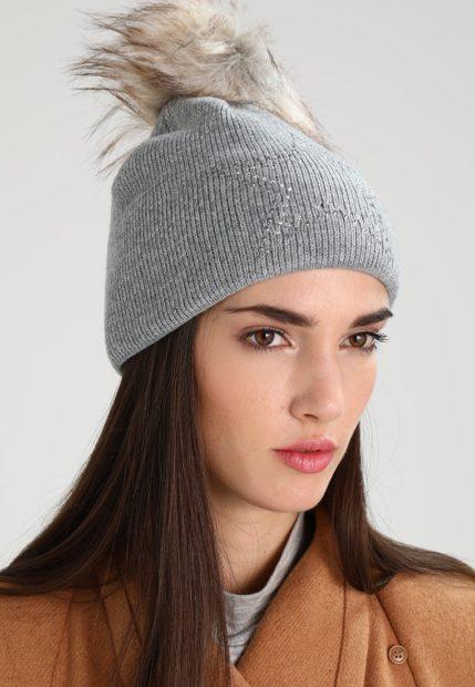шапки вязаные женские зима 2018 2019: серая меховой помпон