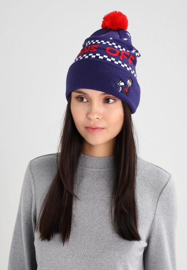 вязаные шапки 2019-2020: фиолетовая с надписью