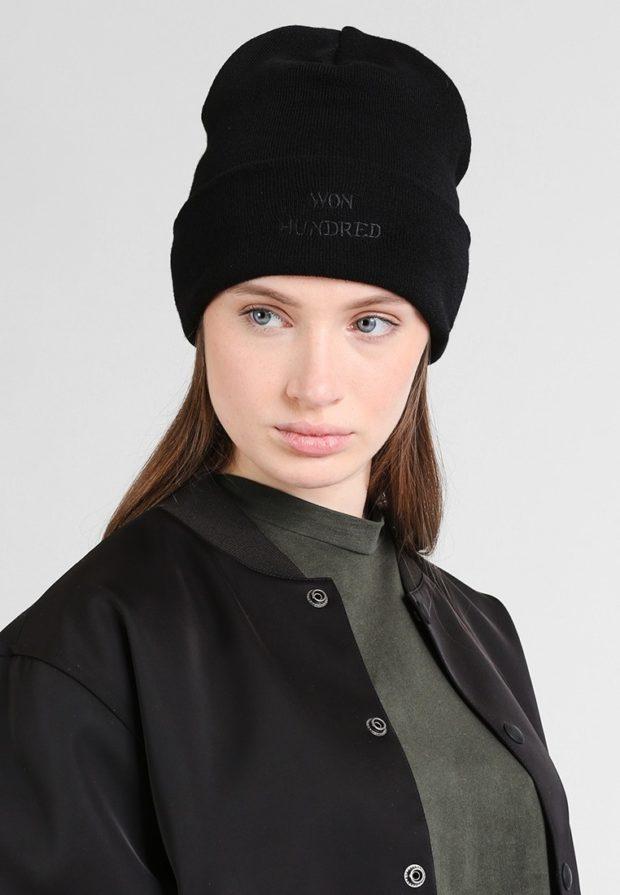 вязаные шапки 2019-2020: черная с надписью без помпона