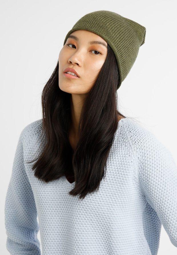 вязаные шапки 2019-2020: зеленая без помпона
