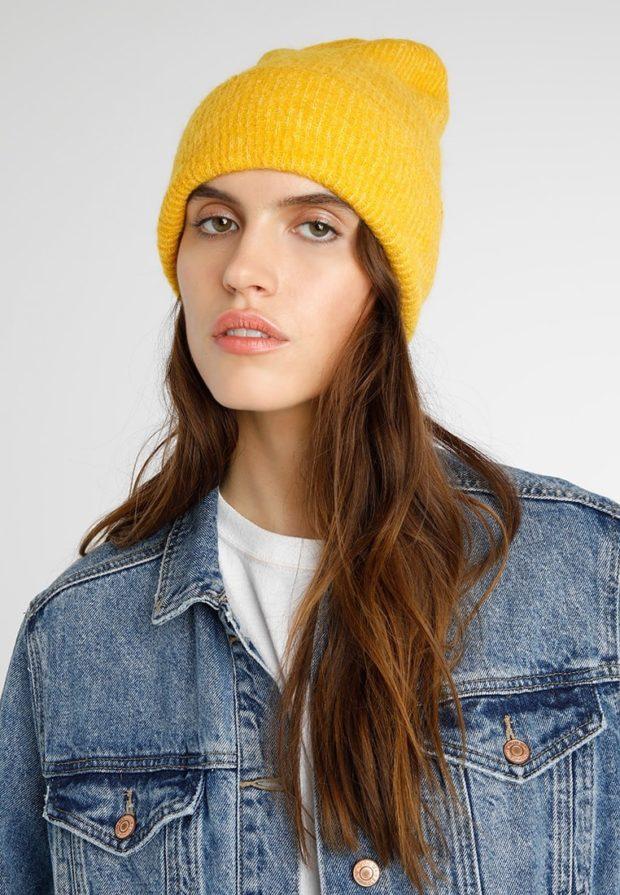 вязаные шапки 2019-2020: желтая без помпона