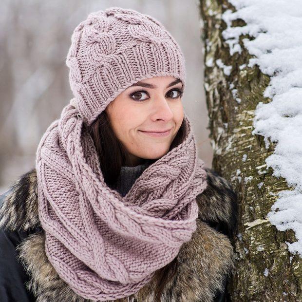 женская вязаная шапка: снуд розовая