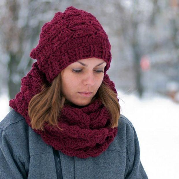 женская вязаная шапка: снуд бордовая