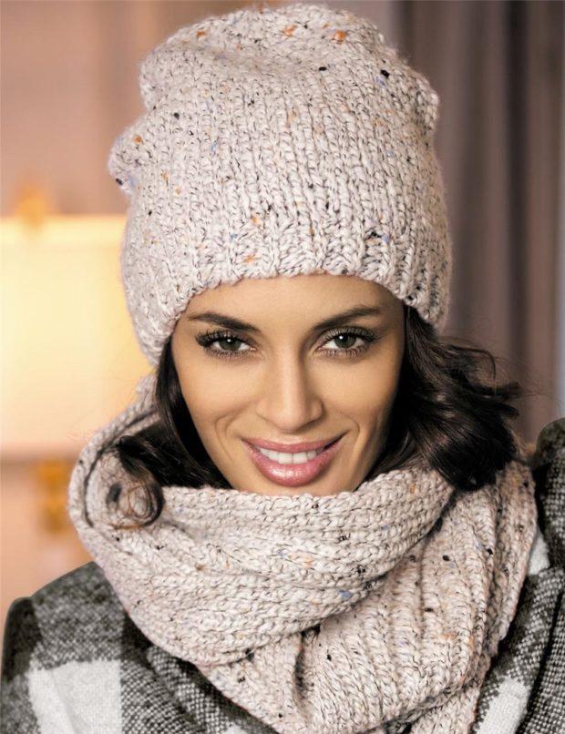 модные вязаные шапки: комплект бежевый