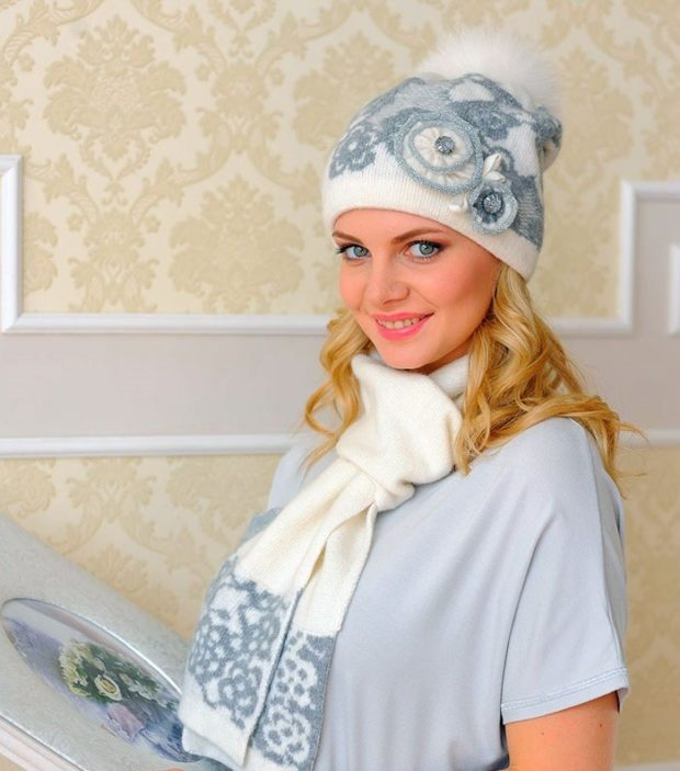 модные вязаные шапки: комплект с узорами