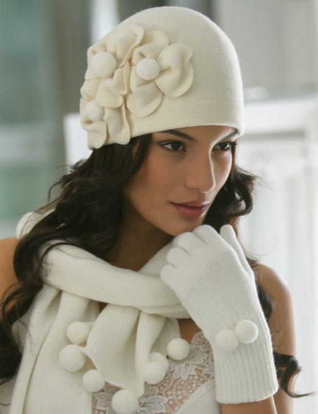 модные вязаные шапки: белый с цветами