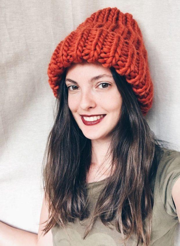 женские шапки вязаные: объемная красная
