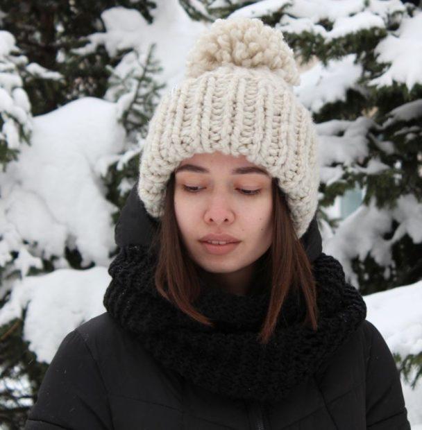 женские шапки вязаные: объемная белая
