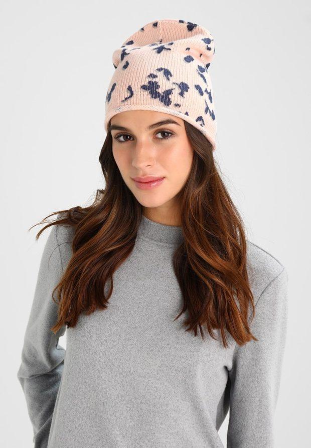 модные вязаные шапки осень-зима 2019-2020: розовая с принтами