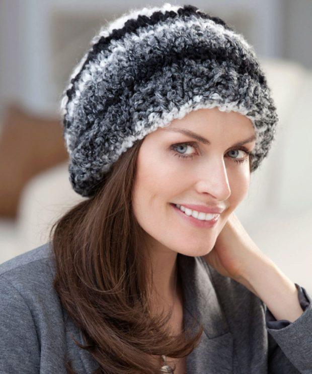 женские шапки вязаные: для женщин 50 лет черно-серая