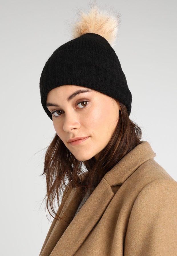 модные вязаные шапки осень-зима 2019-2020: черная меховой помпон