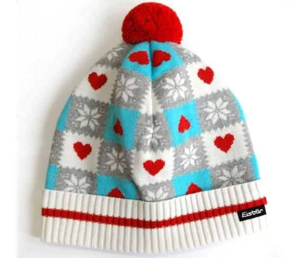 модные вязаные шапки: с рисунками сердечек красный помпон