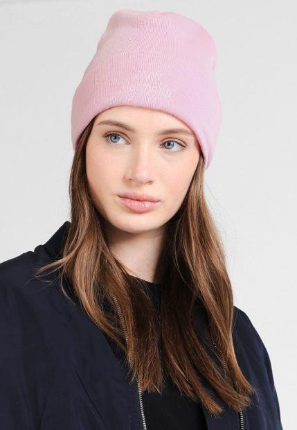 шапки вязаные женские зима 2018 2019: розовая с надписью