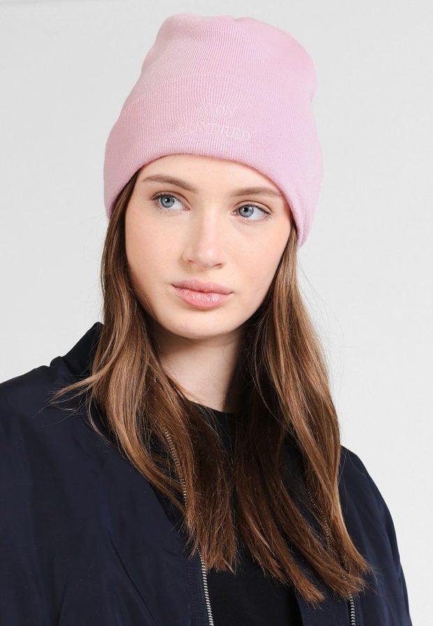 модные вязаные шапки осень-зима 2019-2020: розовая с надписью