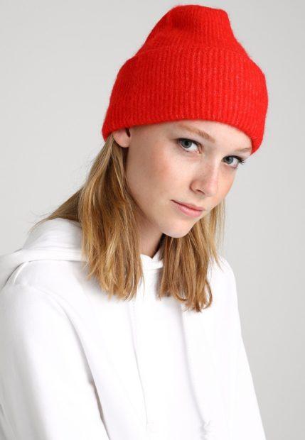 шапки вязаные женские осень зима 2018 2019: с отворотом красная