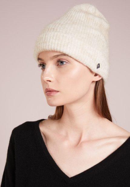 шапки вязаные женские осень зима 2018 2019: с отворотом белая
